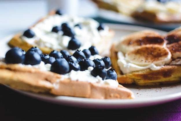 Waffles caseiros de mirtilo e banana