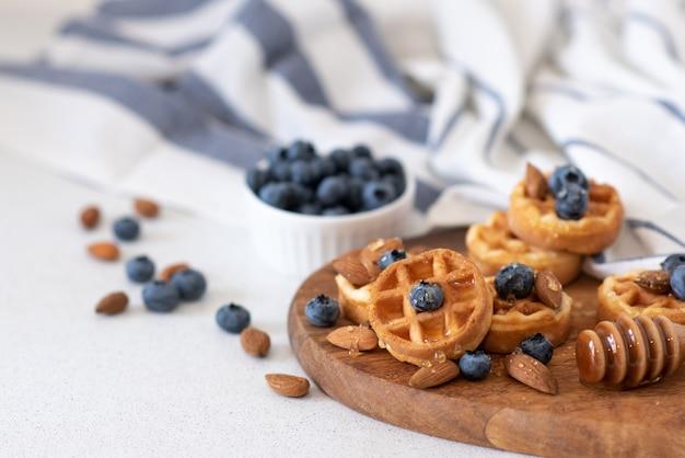 Waffles caseiros doces na chapa, luz de fundo