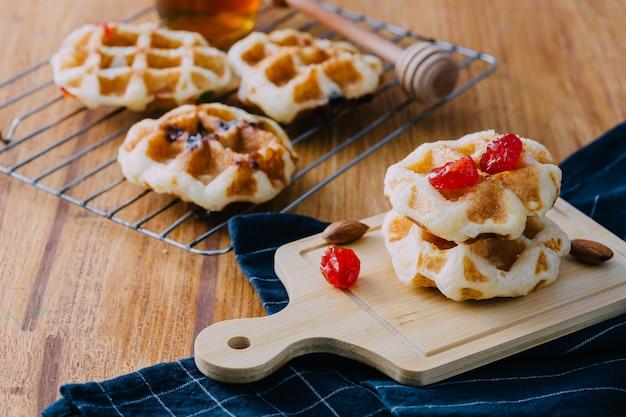 Waffles caseiros na mesa de madeira