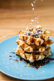 Waffles caseiros polvilha chocolate e coco
