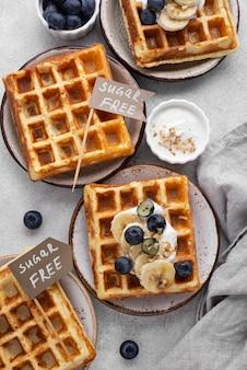 Waffles com arranjo de frutas plano