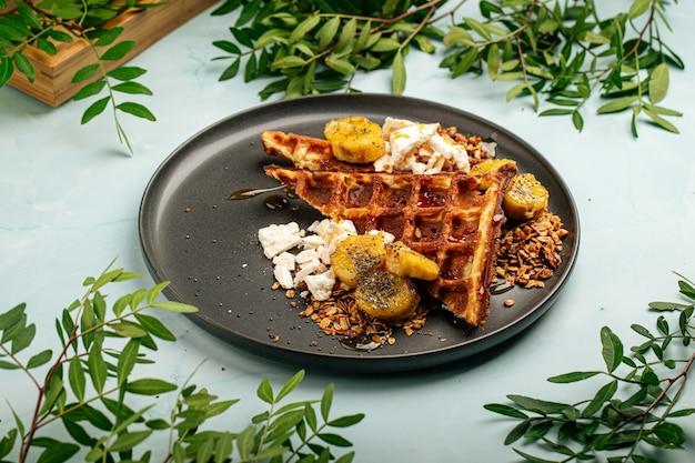 Waffles com banana caramelizada e granola