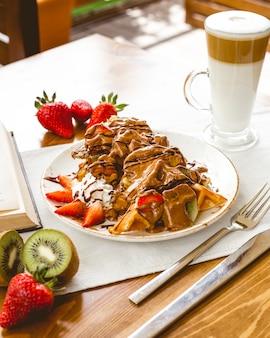 Waffles com calda de chocolate e morango com creme de kiwi com leite