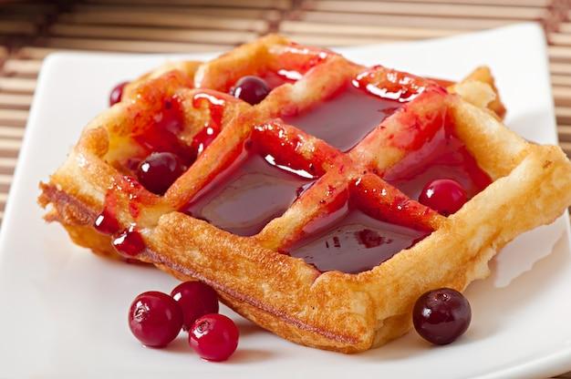 Waffles com calda de cranberry