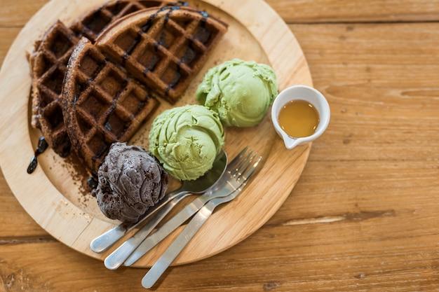 Waffles com chá verde e sorvete de chocolate