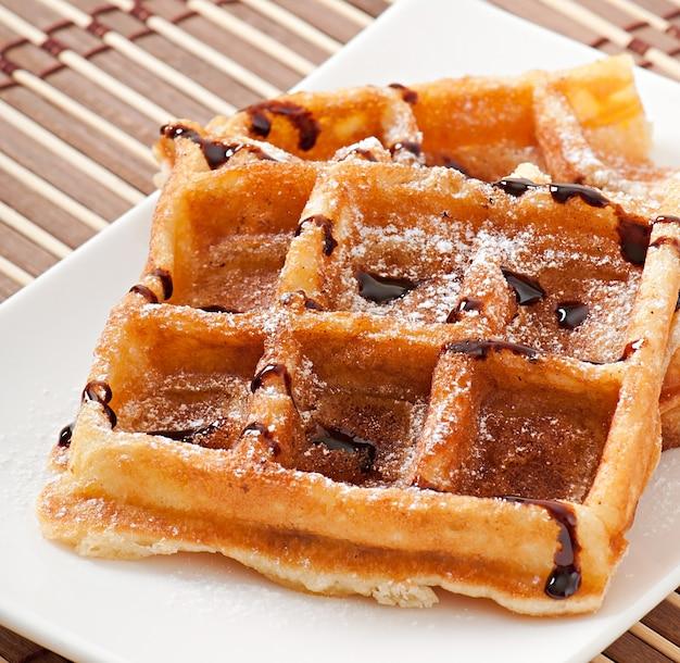 Waffles com chocolate e açúcar em pó