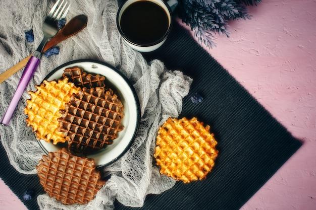 Waffles com cobertura de chocolate com café