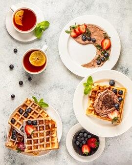 Waffles com creme de chocolate e frutas vermelhas