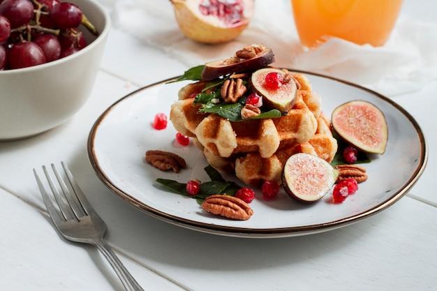 Waffles com figos e nozes
