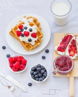 Waffles com frutas e leite no café da manhã