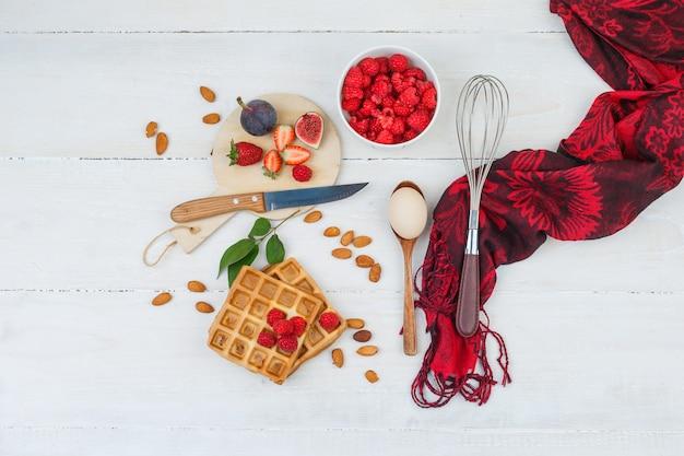 Waffles com frutas e utensílios de cozinha