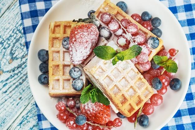 Waffles com frutas frescas na mesa