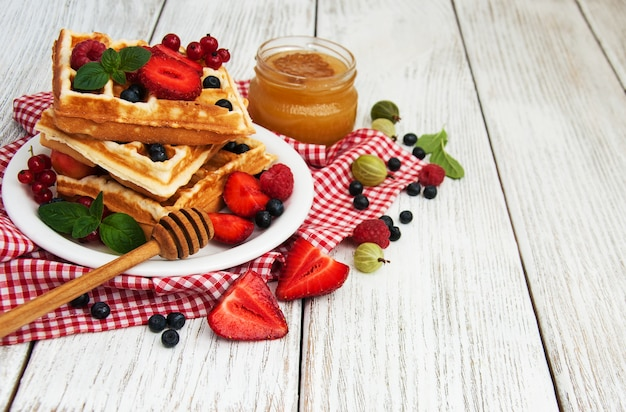 Waffles com frutas frescas