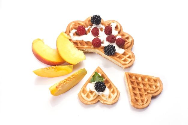 Waffles com frutas vermelhas e pêssegos