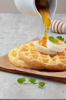 Waffles com mel e banana.