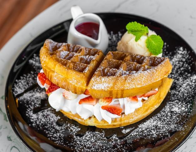 Waffles com morango e sorvete de baunilha