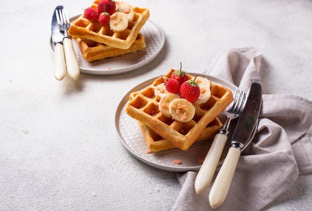 Waffles com morangos e banana