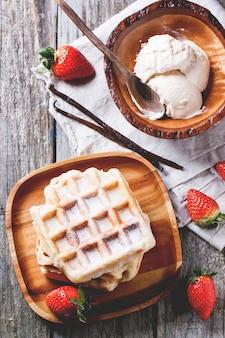 Waffles com morangos e sorvete