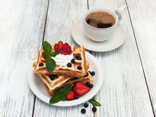 Waffles com morangos, mirtilo e café