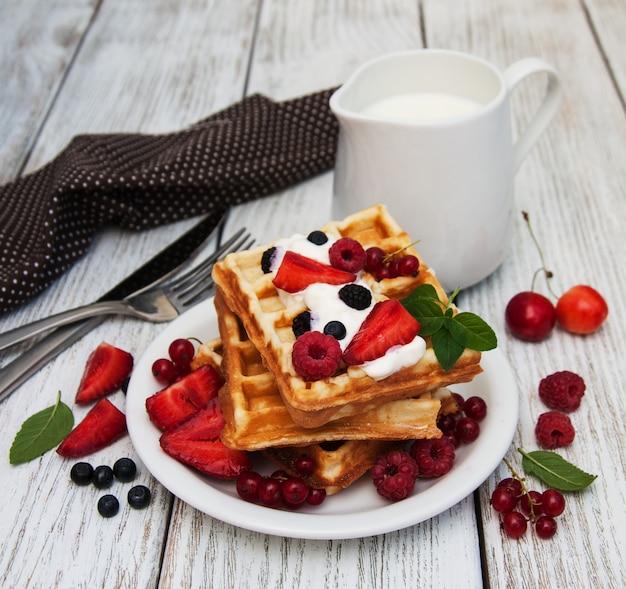 Waffles com morangos, mirtilo e leite