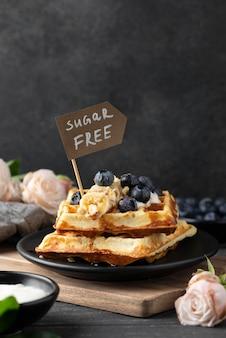 Waffles com sortimento de frutas
