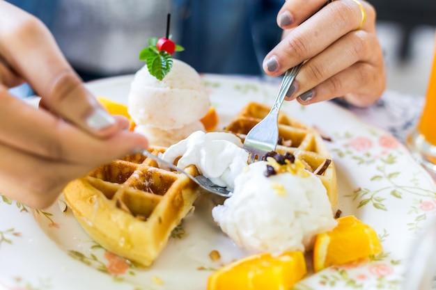 Waffles com sorvete e frutas