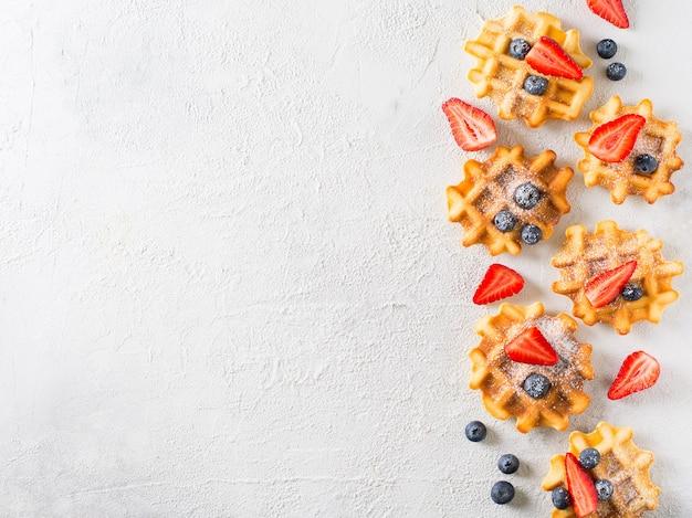 Waffles com stawberries e mirtilos bordados em cinza