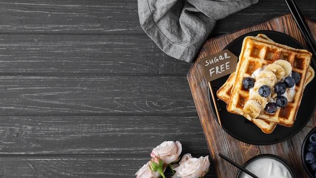 Waffles com variedade de frutas na horizontal