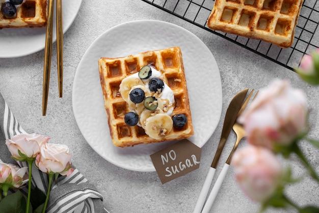 Waffles com variedade de frutas vista superior