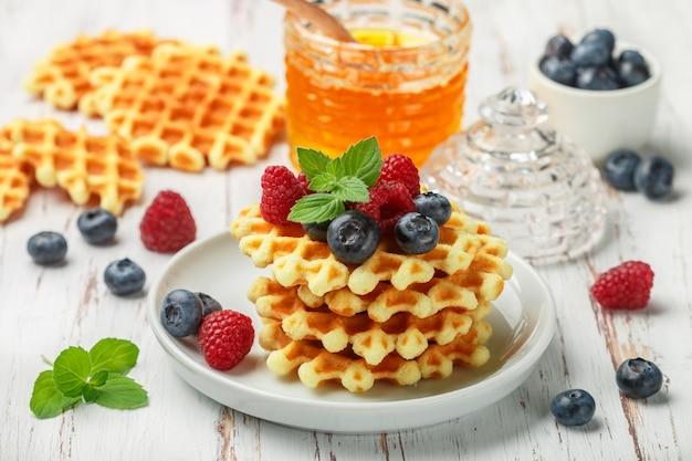 Waffles crocantes vienenses com frutas frescas