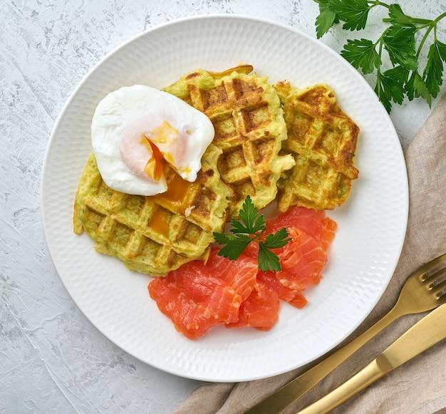 Waffles de abobrinha com salmão e ovo de bento, vista superior da dieta fodmap