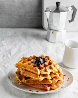 Waffles de alto ângulo com frutas