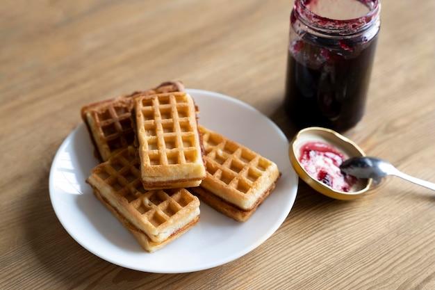 Waffles de alto ângulo no prato
