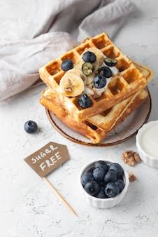 Waffles de ângulo alto com arranjo de frutas