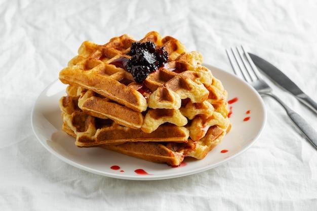 Waffles de ângulo alto com frutas no prato
