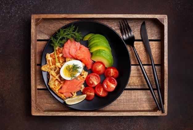 Waffles de batata com legumes