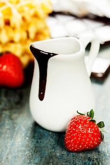 Waffles de bélgica com calda de chocolate