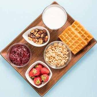 Waffles de cereais e frutas