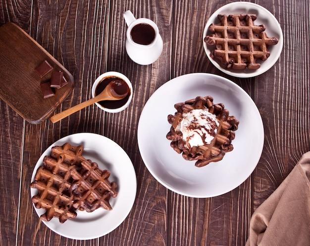 Waffles de chocolate caseiros com calda de chocolate decorada com sorvete