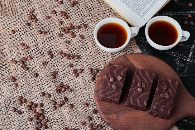 Waffles de chocolate com xícaras de chá.