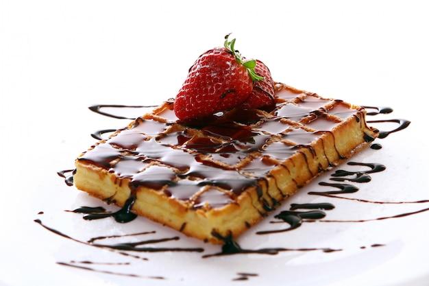 Waffles de chocolate doce fresco com morango