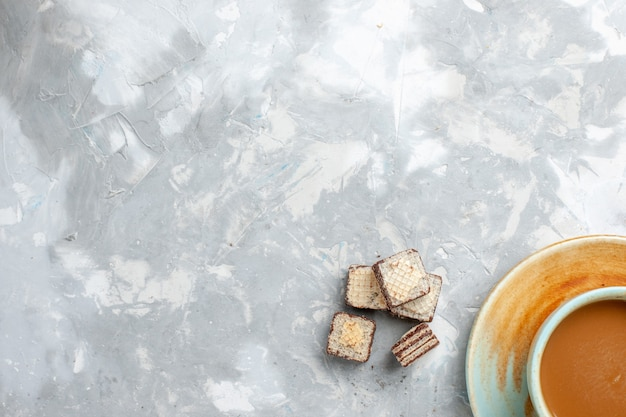 Waffles de vista superior e café no fundo branco claro bebem cor de açúcar doce