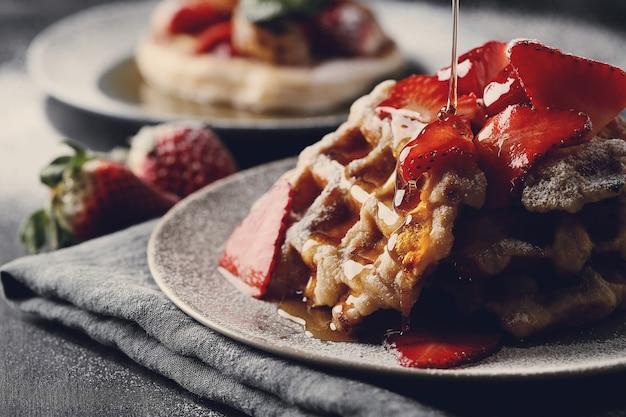 Waffles deliciosos com frutas e mel