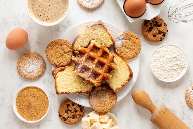 Waffles e cookies da vista superior