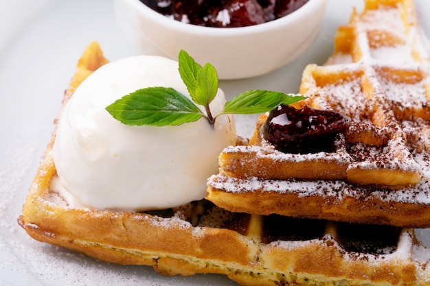 Waffles e sorvete em um prato