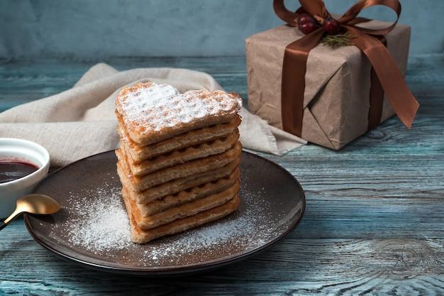 Waffles franceses e caixa de presente com fundo de madeira.