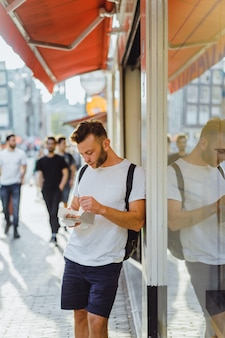 Waffles holandeses comendo na rua perto do café. comida de rua na holanda.