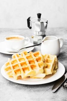 Waffles na chapa branca, café e panela com chocolate