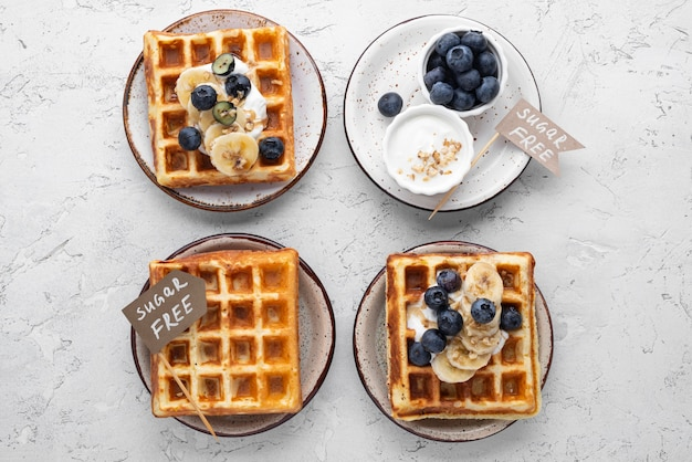 Waffles planos com arranjo de frutas