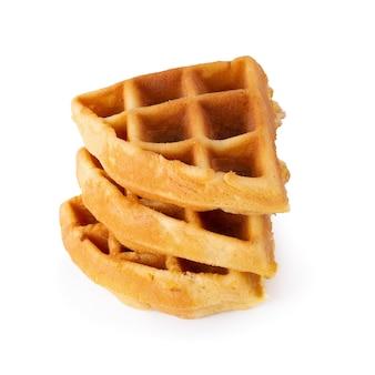 Waffles recentemente cozidos isolados sobre o fundo branco.